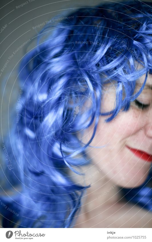 Blaue Welle Mensch Frau blau schön Freude Erwachsene Gesicht Leben Gefühle Haare & Frisuren Party Lifestyle Freizeit & Hobby Zufriedenheit Lächeln violett