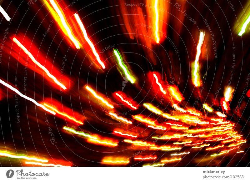 Lichtspermien rot gelb Geschwindigkeit Perspektive Streifen Richtung bizarr Lichtspiel Belichtung Leuchtspur Schwindelgefühl Farbenspiel Fluchtpunkt