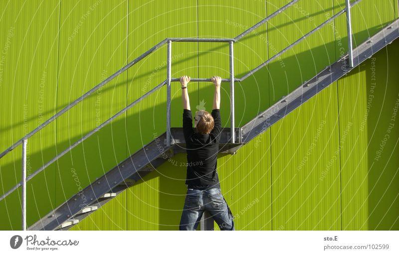 lebensmüde Mensch Jugendliche grün Wand Mauer Linie Hintergrundbild Angst Arme Treppe hoch Ordnung gefährlich verrückt Perspektive bedrohlich