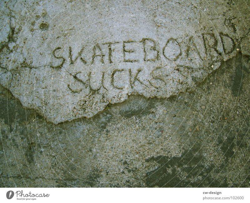 5K8B0ARD 5UCK5 s t o r u Skateboarding Beton dreckig Schriftzeichen Buchstaben Wort Symbole & Metaphern Kritzelei Trick springen Wand grau schwarz braun