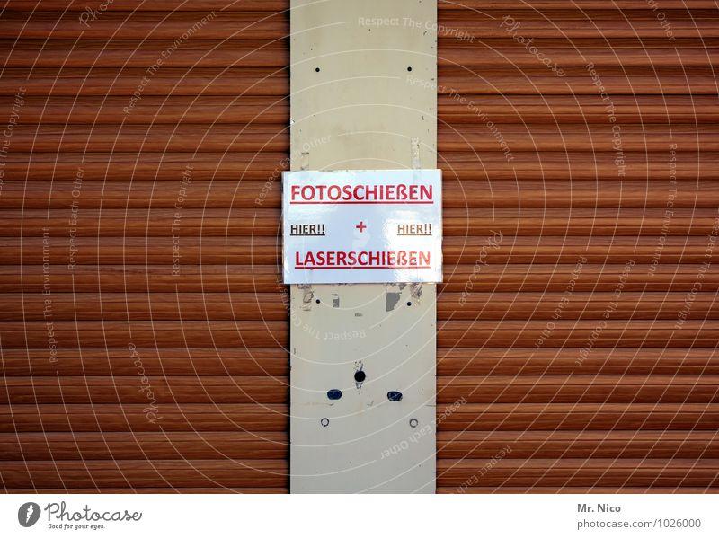 feuer frei Lifestyle Spielen Oktoberfest Jahrmarkt braun Laser Rollladen geschlossen Schilder & Markierungen Fotoautomat Buden u. Stände Fotografie Typographie