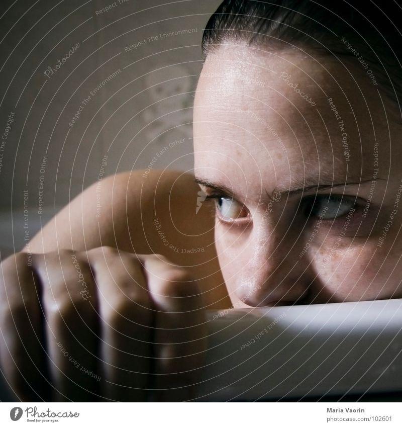 Spanner enttarnt: es war der Totenkopf Frau Jugendliche Wasser Gesicht Denken Bad Schwimmen & Baden Schulter Badewanne Selbstportrait Waschen Sommersprossen