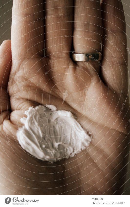 Self protection schön Körperpflege Kosmetik Creme Gesundheit Wohlgefühl Gartenarbeit Mensch Haut Hand Finger alt berühren weich Schutz Geborgenheit