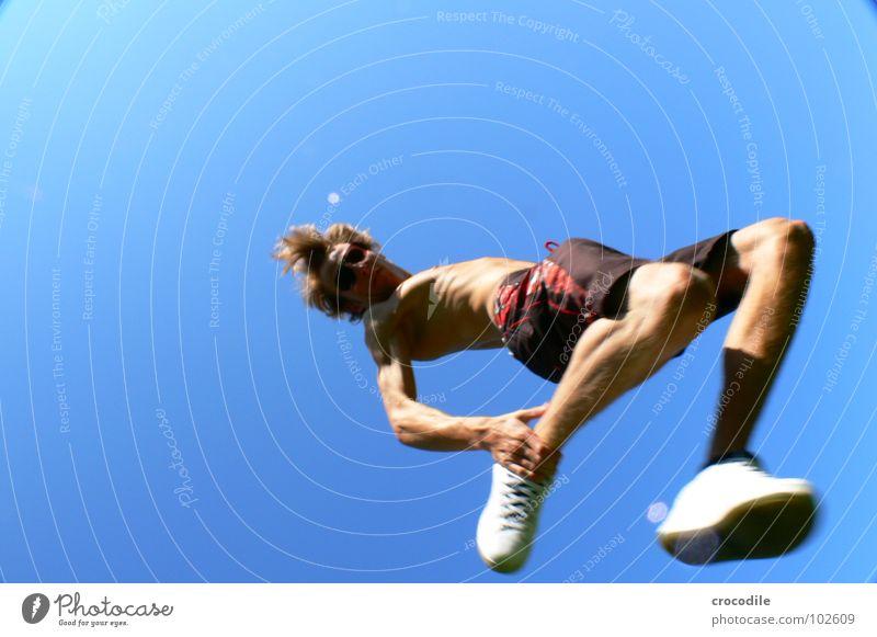 me myself and I in the sky springen Luft Stil Pornobrille Turnschuh Badehose Shorts Nervosität Langeweile Unschärfe Geschwindigkeit Jugendliche Freude Sport