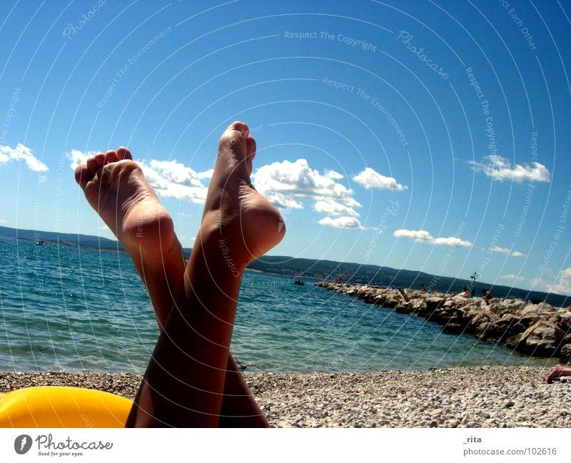 Summertime Wasser Meer blau Sommer Strand Ferien & Urlaub & Reisen Wolken Erholung Fuß schlafen Kies Zehen Kroatien Urlaubsstimmung
