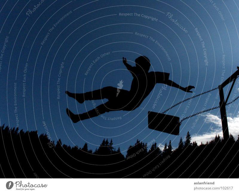 Sprung ins Schwarze Himmel Jugendliche blau Sommer Freude schwarz Spielen Junge springen Freizeit & Hobby fallen Risiko Mut Lebensfreude Schaukel loslassen