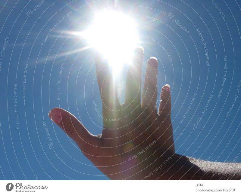 Vorsicht, heiß! Hand Sonne blau Sommer Beleuchtung Finger heiß fangen