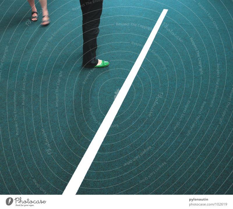 Linientreter weiß grün Fuß Schuhe Linie Beine Jeanshose Bodenbelag Hose türkis Geometrie Teppich Ausstellung Sandale