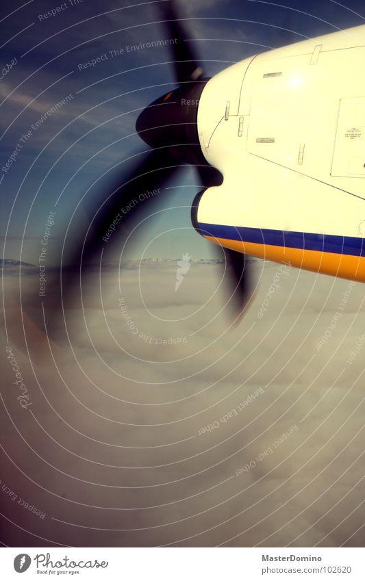 flapp, flapp, flapp Propeller Flugzeug Wolken Wolkendecke schlechtes Wetter fliegen Propellerflugzeug Vignettierung Island Luftverkehr Himmel bedecken Rotor
