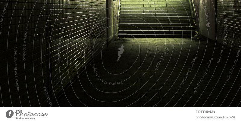 underground Stadt ruhig dunkel gelb Straße Angst Treppe Fliesen u. Kacheln U-Bahn Tunnel fließen Panik Lichtschein unheimlich Lichtstrahl London Underground