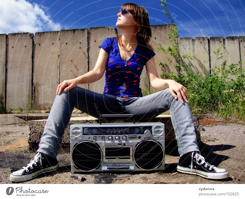 RADIO-AKTIV XIV Frau Stil Musik Sonnenbrille Industriegelände Beton Ghettoblaster Aktion Laune Gefühle Porträt T-Shirt Sommer genießen verfallen Mensch Coolness