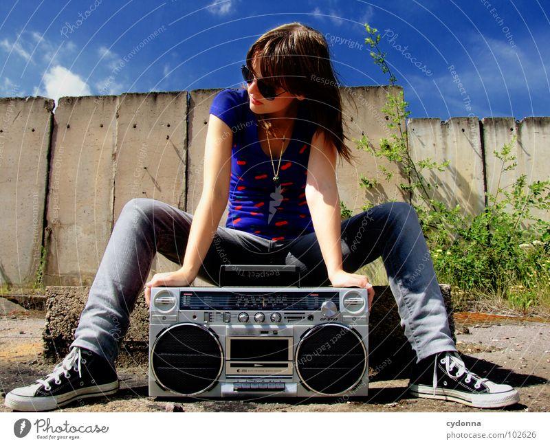 RADIO-AKTIV XV Frau Mensch Natur Sommer Freude Einsamkeit Farbe Landschaft Gefühle Party Stil Musik sitzen Beton Coolness Aktion