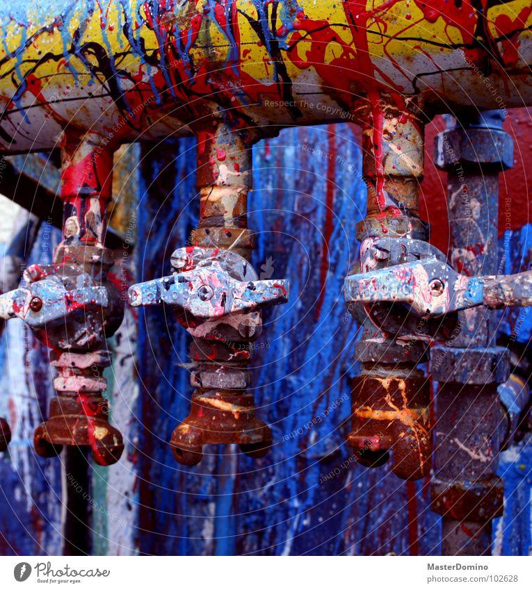 Kohlrabenschwarz... blau rot gelb Farbe Industrie streichen Röhren chaotisch spritzen Gift Leitung Chemie schließen Lack trocknen Wasserhahn