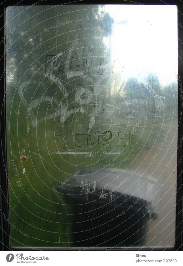 Warte. Stelle. ruhig Herbst schlechtes Wetter Wind Regen Verkehr Busfahren Glas Graffiti warten dreckig dunkel hässlich kalt Einsamkeit Bushaltestelle