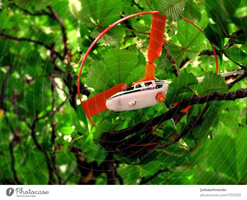 Gefangen Hubschrauber Spielen Spielzeug rot weiß grün Baum Blatt gefangen Luft Desaster Luftverkehr toy toys red white police Ast Zweig tree trees branch