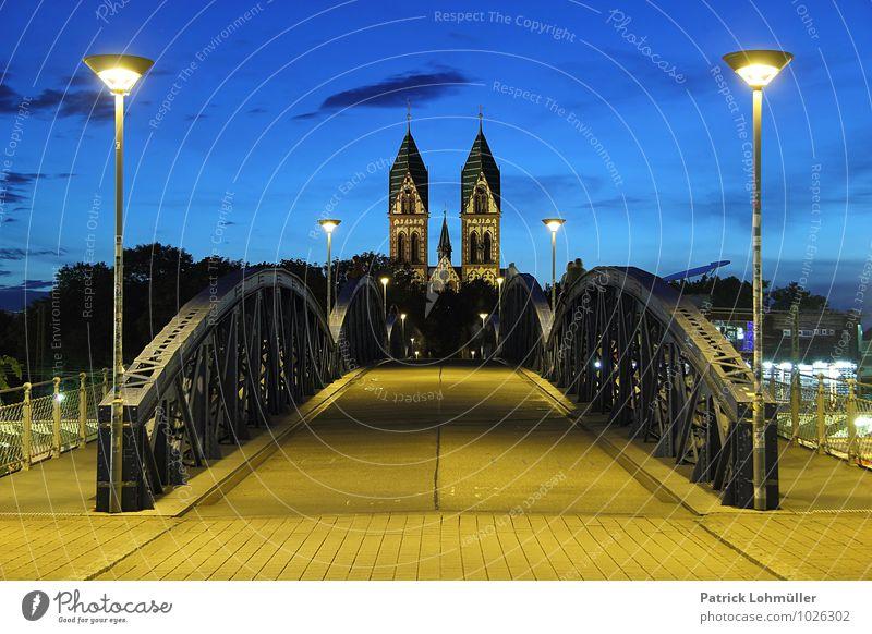 Wiwilibrücke Freiburg zur blauen Stunde Architektur Kanton Freiburg Baden-Württemberg Deutschland Europa Stadt Stadtzentrum Kirche Brücke Bauwerk Wahrzeichen