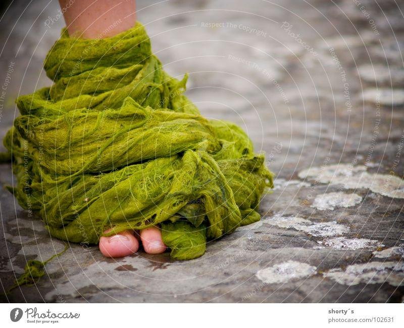 hulk junior grün Algen groß Monster Fuß foot Bodenbelag ground child Einsamkeit alone big