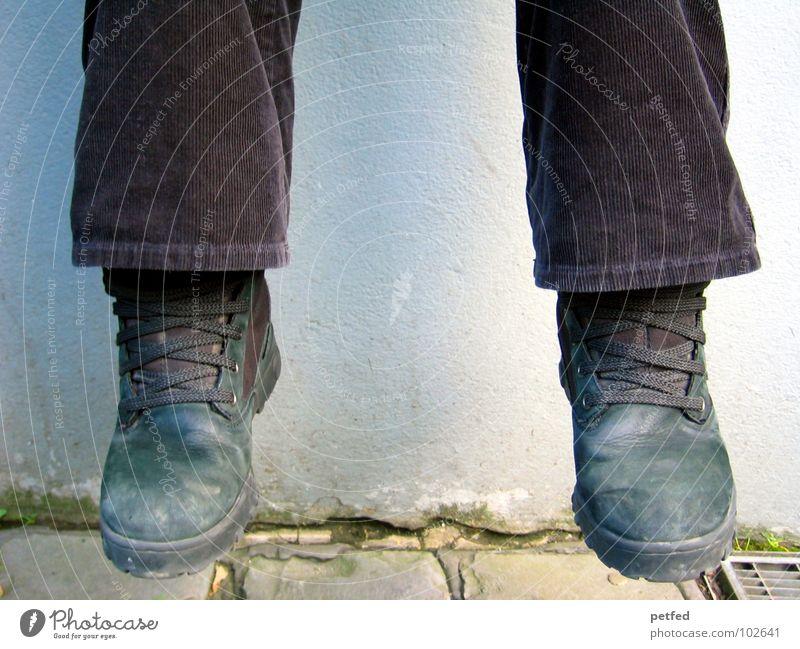 Mal hängen lassen Schuhe schwarz Schuhbänder braun Wand Schweben Stiefel Freizeit & Hobby grau weiß Arbeit & Erwerbstätigkeit Beine Bodenbelag Kopfsteinplaster