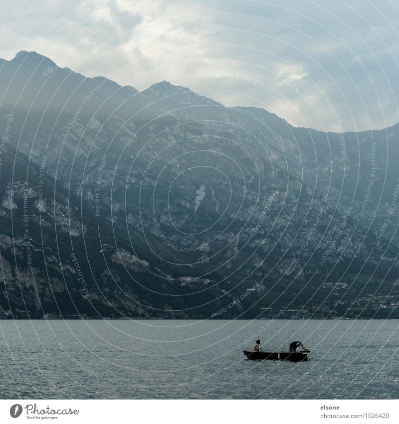 Wo ist der Haken? Angeln maskulin Freundschaft 2 Mensch Wasser Nebel Felsen Alpen Berge u. Gebirge See Gardasee Jagd sportlich ruhig Wasserfahrzeug Bootsfahrt