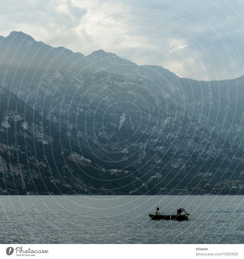 Wo ist der Haken? Mensch Ferien & Urlaub & Reisen Wasser ruhig Berge u. Gebirge See Wasserfahrzeug Felsen Freundschaft maskulin Nebel Tourismus Italien Alpen