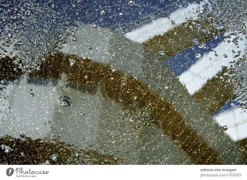 nebenprodukt silber Pfütze Beton Regen Sommer Himmel rund Geometrie Fenster Luft Reflexion & Spiegelung Wasser icc Berlin blau ashalt niesig blue sky silver