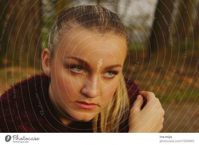 junge Frau Mensch feminin Gesicht Hand 1 18-30 Jahre Jugendliche Erwachsene 30-45 Jahre Umwelt Natur Wald beobachten festhalten Traurigkeit Umarmen Gefühle