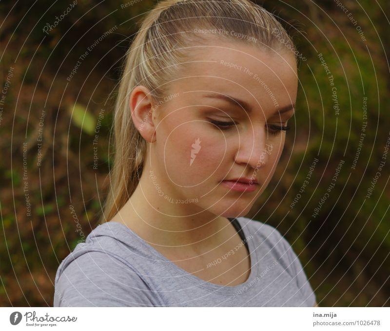 junge blonde Frau schaut nach unten Leben Zufriedenheit Erholung ruhig Mensch feminin Junge Frau Jugendliche Gesicht 1 13-18 Jahre Kind 18-30 Jahre Erwachsene