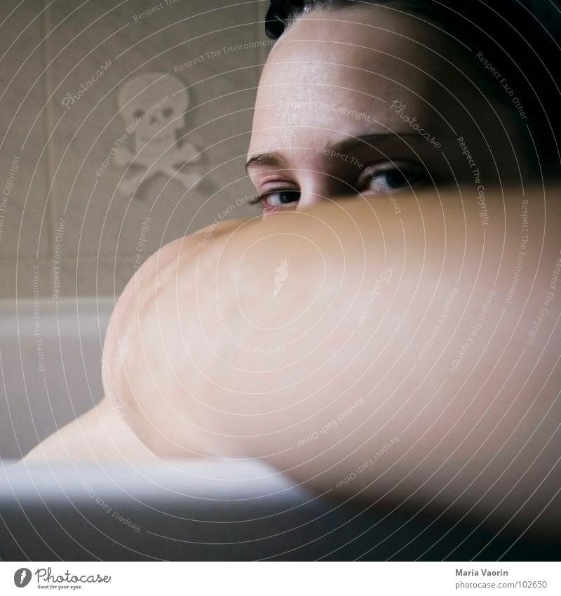 Mal ne Runde über den Arm luken Frau Jugendliche Wasser Gesicht Auge Denken Arme Schwimmen & Baden Badewanne Schulter Waschen Sommersprossen Selbstportrait