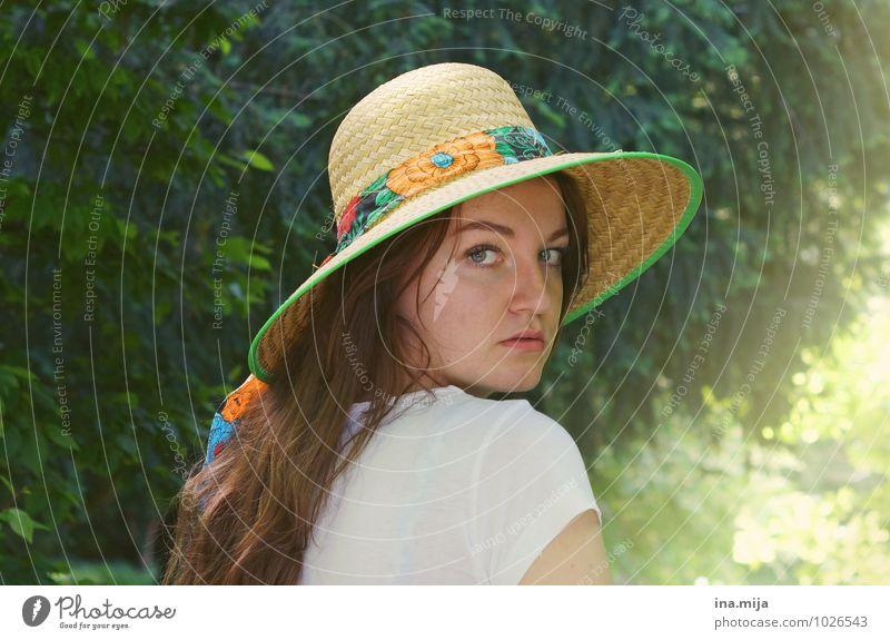 junge Frau mit Hut im Sommer Mensch feminin Junge Frau Jugendliche Erwachsene Gesicht 1 13-18 Jahre Kind 18-30 Jahre Umwelt Natur Landschaft Sonne Sonnenlicht