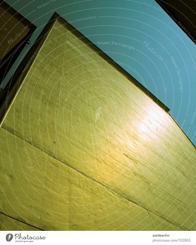 Haus als Fallbeil Himmel blau Architektur glänzend gold 8