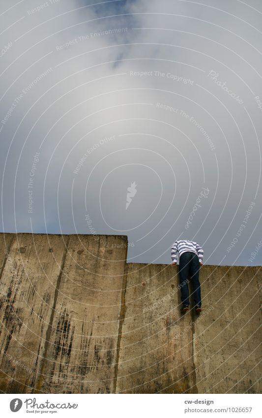Über den Tellerrand hinausschauen Mensch Jugendliche Mann Junger Mann Freude 18-30 Jahre Erwachsene Lifestyle Leben Wand Mauer Spielen Fassade maskulin träumen