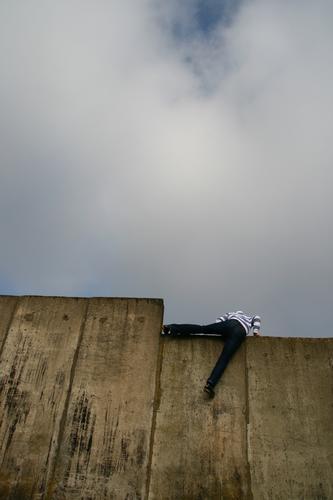 Fortschritt Mensch Jugendliche Mann Junger Mann 18-30 Jahre Erwachsene Wand Leben Stil Mauer Lifestyle Fassade maskulin Kraft Erfolg hoch