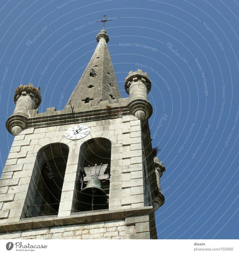 Kirchturm von Casteljau blau Wand grau Mauer Religion & Glaube fliegen hoch Kirche Turm Vergänglichkeit Spitze Dorf Kreuz Frankreich Schönes Wetter