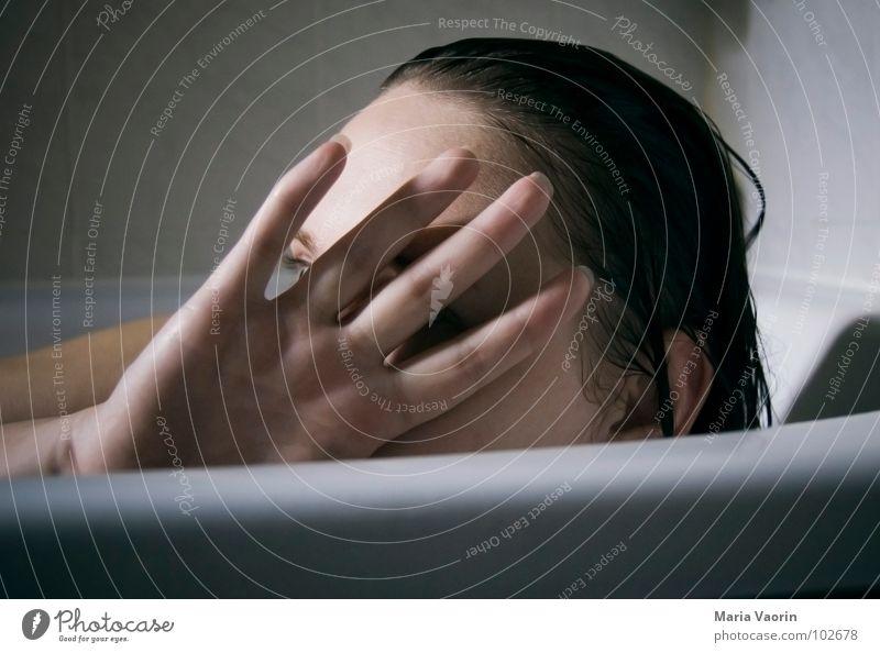 Schluss, aus! Das wars! Frau Jugendliche Wasser Hand Gesicht Schwimmen & Baden Bad Badewanne Schulter Waschen Sommersprossen Selbstportrait Voyeurismus Luke spannen