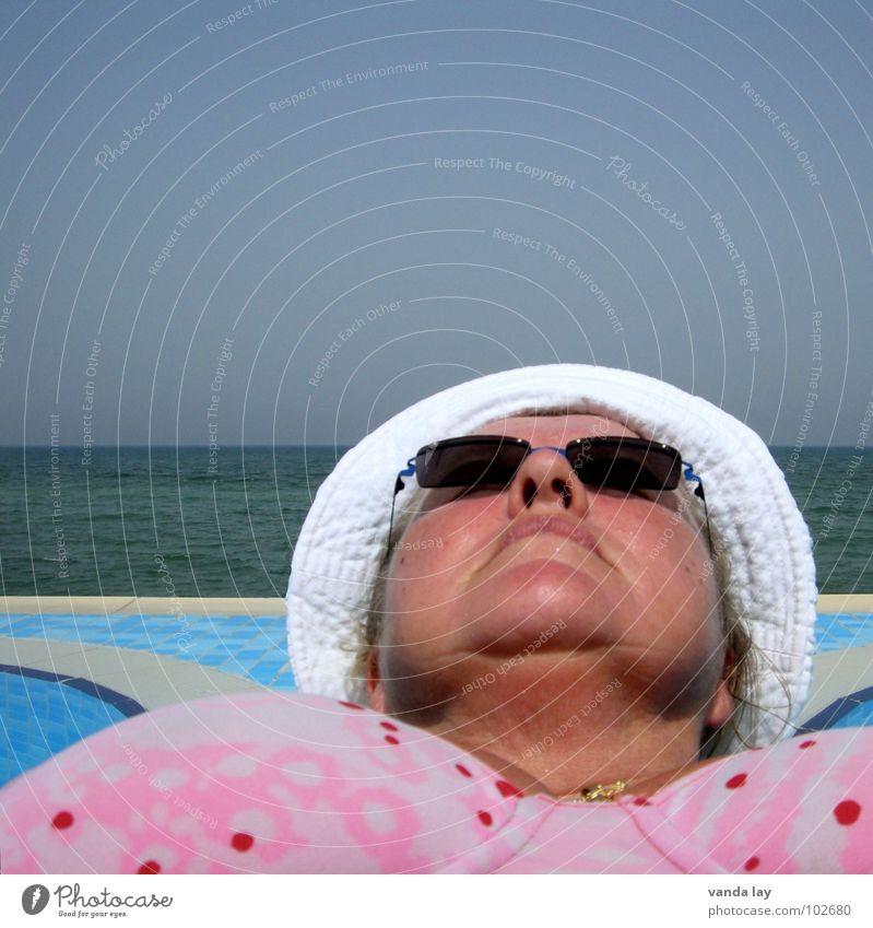 Sonnenbad Sommer Schwimmbad Ferien & Urlaub & Reisen Meer Badeanzug Sonnenbrand Sonnenbrille Baseballmütze dick Frau ausgestreckt nass Erholung schlafen ruhen