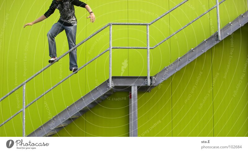 leichtsinnig Mensch Jugendliche grün Wand springen Mauer Linie Hintergrundbild Angst Arme Treppe hoch Ordnung gefährlich verrückt Perspektive