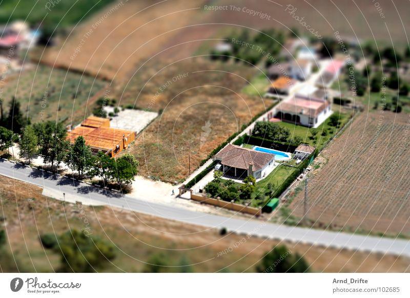 Mini-Landschaft in Andalusien Baum grün Sommer Haus Straße braun Feld klein Europa Dorf Surrealismus Miniatur Spanien Tilt-Shift