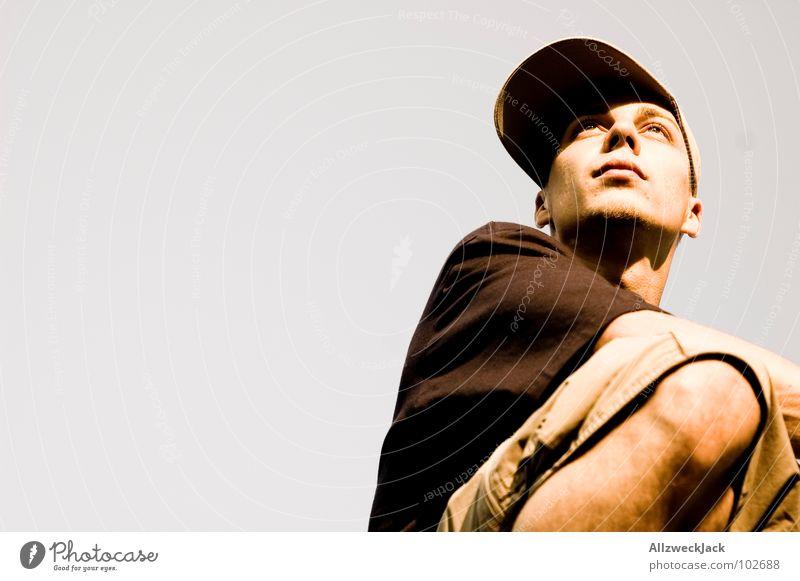 Greysky - Limited Edition No.2 grau Porträt Sonnenbrille Baseballmütze Mütze Kopfbedeckung Knie Mann beobachten Kontrolle Ferne Blick Suche Aussicht Himmel