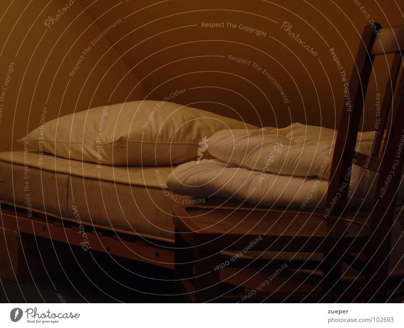 Krankenbett Farbfoto Innenaufnahme Menschenleer Textfreiraum oben Kunstlicht Zentralperspektive Stuhl Bett Schlafzimmer Dachboden schlafen dunkel braun Tod
