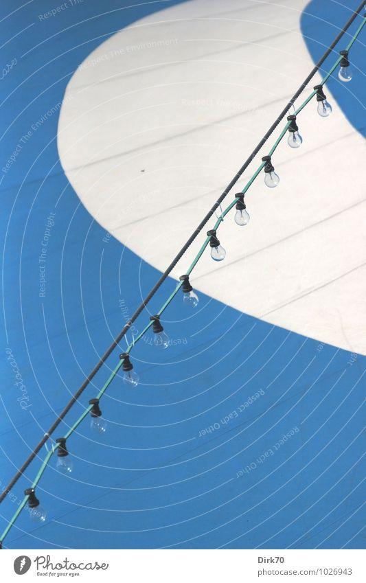 Zirkuszelt Jahrmarkt Zelt Zeltplane Lichterkette Lampe Glühbirne Stahlkabel Kabel Linie Streifen diagonal hängen ästhetisch groß retro rund blau grün schwarz