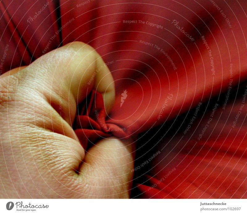 Tod auf Satin Hand schön rot Angst Finger Aktion festhalten geheimnisvoll Flüssigkeit Leidenschaft kämpfen edel Panik Daumen Kissen
