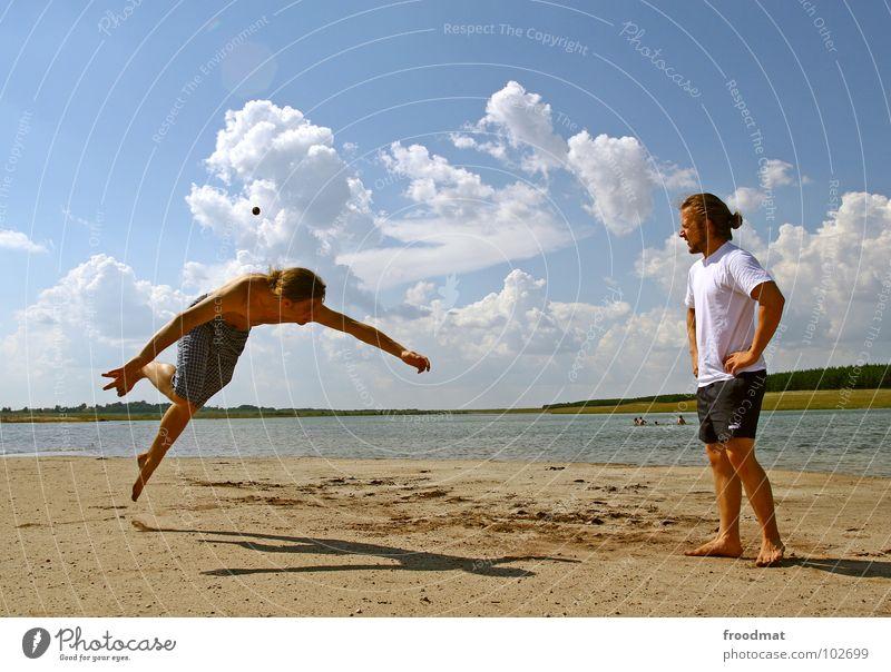hackysac Jugendliche Wasser Himmel blau Sommer Freude Strand Wolken Spielen See Wärme Deutschland Aktion Ball Physik Osten