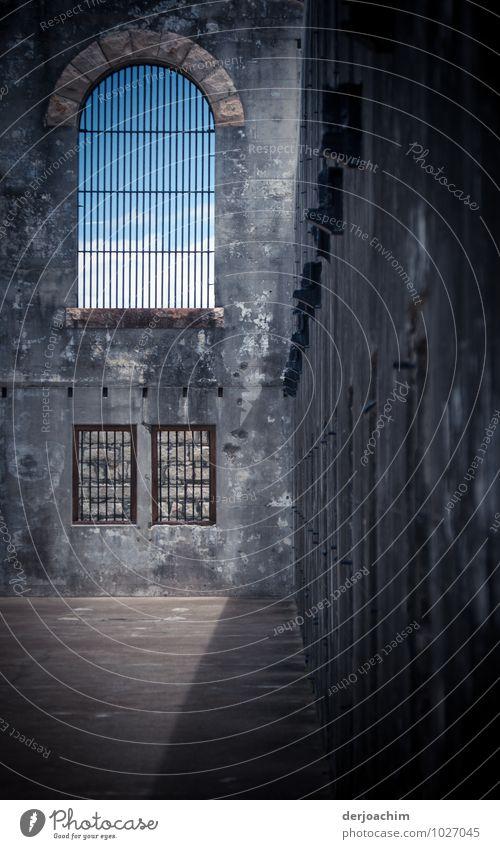 Haus der gezwungenen Gäste Sommer dunkel Wand Traurigkeit Architektur Gebäude Mauer grau außergewöhnlich Stein Angst Ausflug beobachten Schönes Wetter entdecken