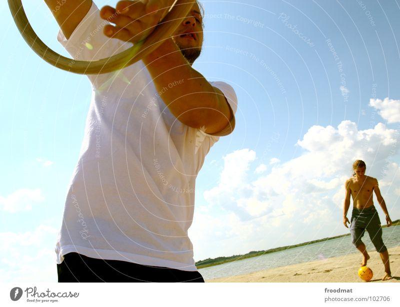 spiel und spass Jugendliche Himmel Sonne Sommer Freude Strand Wolken Spielen Wärme Sand Deutschland verrückt Kreis Ball Physik heiß