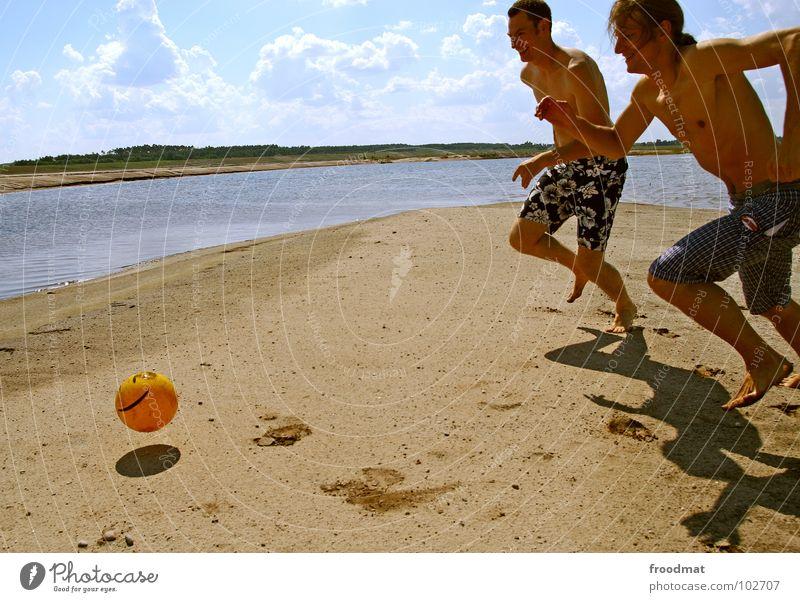 Plastikball Mann Jugendliche Wasser Sonne Sommer Freude Strand Wolken Sport Spielen Wärme Bewegung Sand Glück Beine Fuß