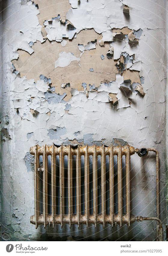 Heizraum Heizkörper Heizungsrohr Mauer Wand Fassade Metall alt bedrohlich gruselig kaputt trashig Armut Desaster Endzeitstimmung Verfall Vergangenheit