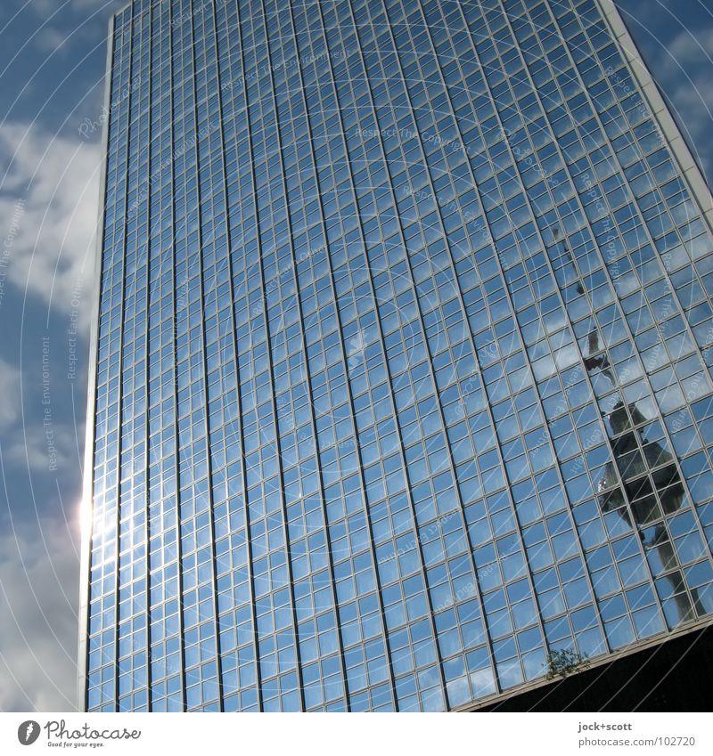 IIte Sinnlichkeit einer Betonnadel Stadt Einsamkeit Wolken Linie oben glänzend leuchten modern Glas Hochhaus Perspektive hoch Netzwerk entdecken Hauptstadt