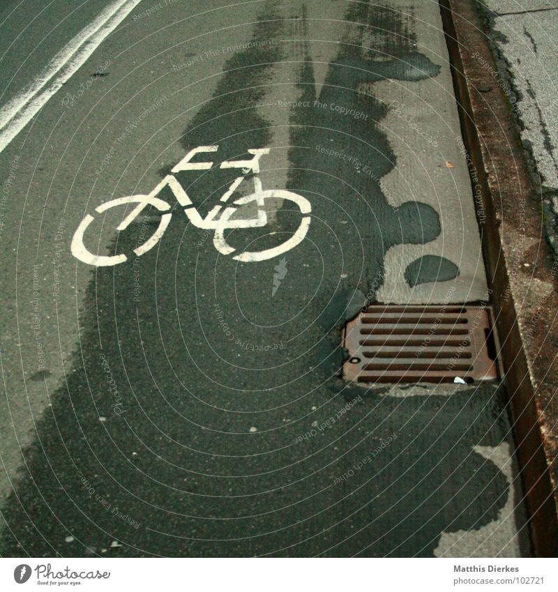 TATORT Fahrrad Fahrradweg Gully Abfluss Fußgänger Bürgersteig Fahrer Tatort weiß gezeichnet Teer Unfall Schilder & Markierungen Sozialer Dienst obskur Brücke