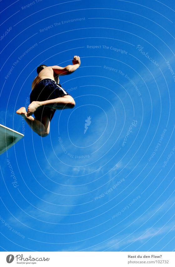 Sprungturmstürmer Mann Schwimmbad springen Sprungbrett Sommer Freibad Wellen Wolken Ferien & Urlaub & Reisen Urlaubsstimmung Euphorie Mut Vertrauen gewagt