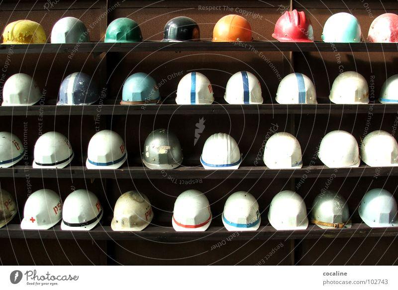 HELMut Arbeit & Erwerbstätigkeit Arbeiter Industrie mehrere Baustelle Schutz Beruf Hut Reihe viele Sammlung Bauarbeiter Helm Regal Bergbau Kopfbedeckung